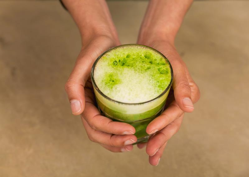 Liquat de verdures verdes amb iogurt de soja blanca, sense sucres afegits